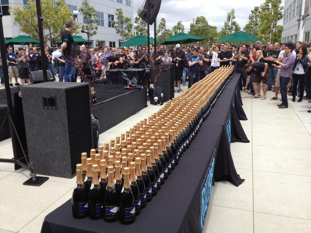 Blizzard fête le succès de Diablo III avec du champagne.